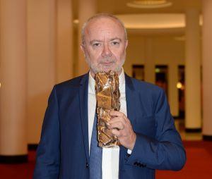 Olivier Baroux pose avec son prix pour Les Tuche 3, gagnant aux César 2019 le 22 février à Paris