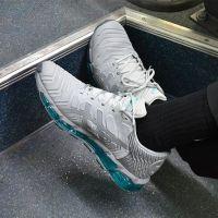 Courir x Asics : la paire de sneakers qui rend hommage au métro parisien