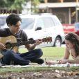 Legacies saison 2, épisode 1 : Josie (Kaylee Bryant) et Landon (Aria Shahghasemi) se rapprrochent sur une photo