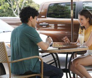Legacies saison 2, épisode 1 : Josie (Kaylee Bryant) et Landon (Aria Shahghasemi) plus proches sur une photo