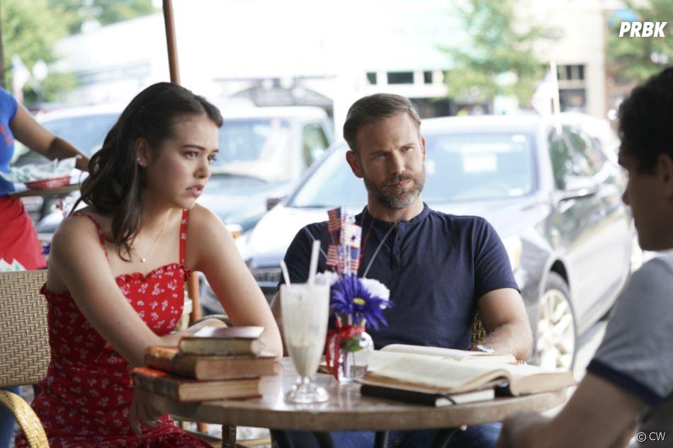 Legacies saison 2, épisode 1 : Josie (Kaylee Bryant) et Alaric (Matt Davis) sur une photo