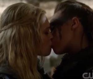 Le premier bisou entre Clarke et Lexa dans l'épisode 14 de la saison 2 de The 100