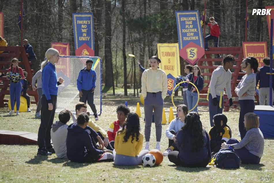 Legacies saison 3, épisode 1 : Lizzie, Josie et les élèves de l'école Salvatore sur une photo