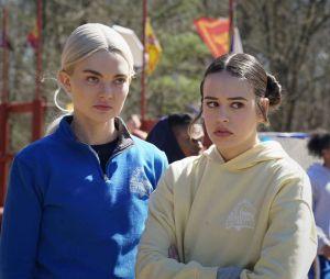 Legacies saison 3, épisode 1 : Lizzie (Jenny Boyd) et Josie (Kaylee Bryant) sur une photo