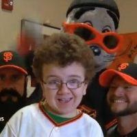 Keenan Cahill ... Dynamite de Taio Cruz, avec les joueurs de baseball des San Francisco Giants