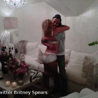 Britney Spears en backstage ... gros câlin avec son chéri Jason Trawick (PHOTO)
