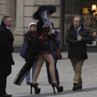 Lady GaGa : Une sosie grimée en sorcière se balade en Allemagne (PHOTOS)
