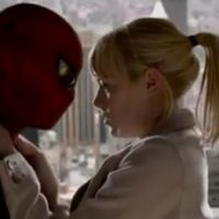 The Amazing Spider-Man : Emma Stone craque pour un Andrew Garfield masqué ! (VIDEO)