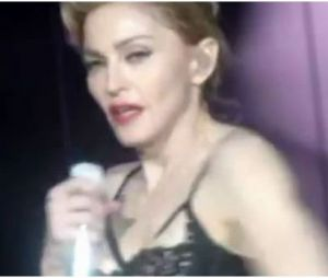 Madonna montre ses fesses !