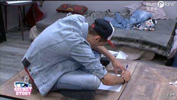 Julien écrit une lettre pour Fanny