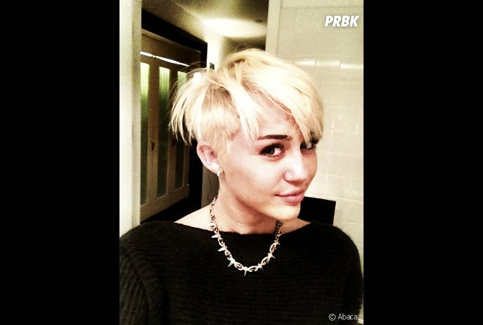 Après une coupe de cheveux étrange, Miley va voir un spectacle ...