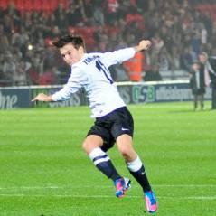 Louis Tomlinson star de foot : Harry Styles, Liam Payne et Niall Horan en mode groupies ! (PHOTOS)