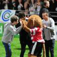 Harry Styles, Liam Payne et Niall Horan font mumuse avec la mascotte