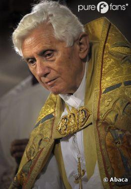 Le pape Benoît XVI démissionne.