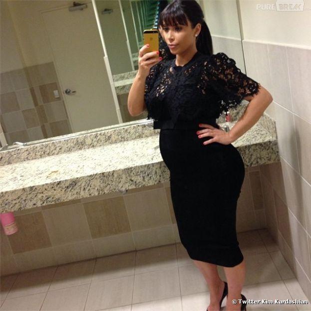 Kim Kardashian assume enfin ses formes de femme enceinte en tenue Alaïa et Dolce&Gabbana le 19 mars 2013