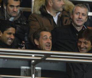 Nicolas Sarkozy rigole bien, entre Nasser El-Kelhaïfi et Leonardo, au parc des Princes le 29 mars 2013
