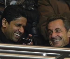 Nicolas Sarkozy est assis à côté de Nasser El-Kelhaïfi, le président du PSG, au parc des Princes le 29 mars 2013