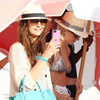 Nina Dobrev : virée sexy en bikini avec Julianne Hough