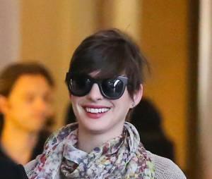 Anne Hathaway a gardé le sourire malgré les paparazzis, dimanche 28 avril 2013 à LA