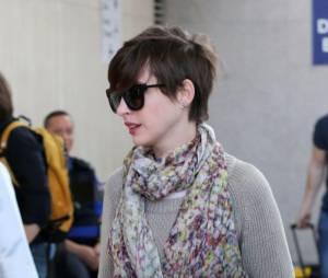 Anne Hathaway harcelé par les photographes, dimanche 28 avril 2013 à l'aéroport LAX