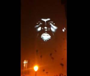 New Slaves de Kanye West projeté sur le mur du café La Perle à Paris dans le Marais.