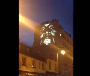 New Slaves de Kanye West projeté sur un mur près du Café Charlot à Paris dans le Marais