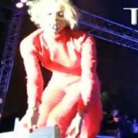 Ciara reçoit une plainte en main propre... en plein concert !