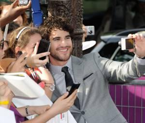 Darren Criss pose avec une fan à Paris le 18 juin 2013