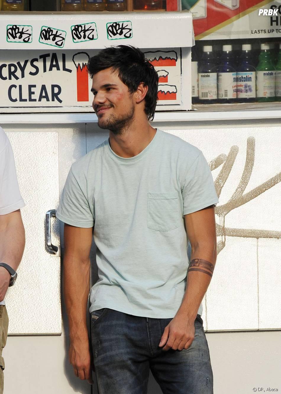 Taylor Lautner sur le tournage de son prochain film à New York le 24 juin 2013.