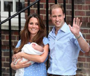 Kate Middleton et le Prince William présentent le bébé royal le 23 juillet 2013 devant l'hôpital St Mary's de Londres