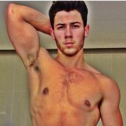 Nick Jonas torse nu en mode Musclor : des bras et une tablette de chocolat