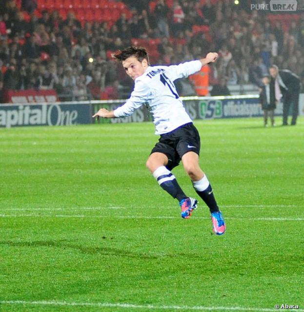 Louis Tomlinson sur le terrain du Keepmoat Stadium, le 22 octobre 2012
