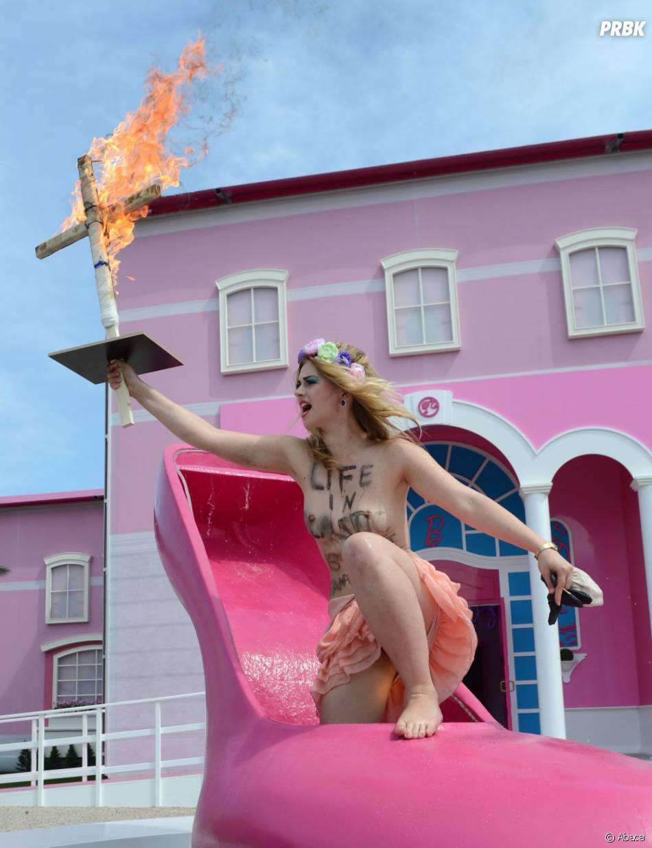 Les Femen manifestaient seins nus devant la Maison de Barbie