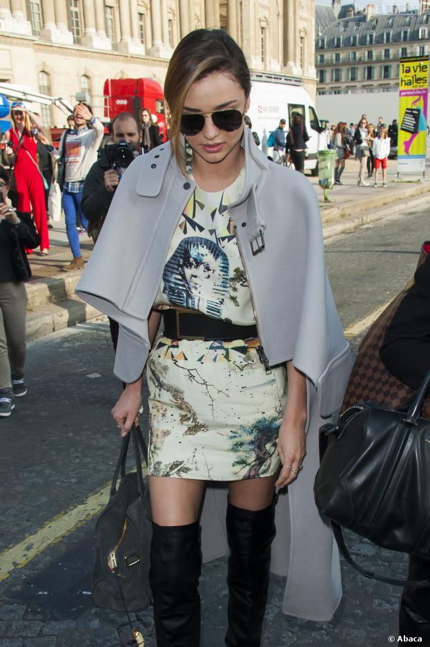 Miranda Kerr repart la tête basse du défilé Vuitton, le 2 octobre 2013 à Paris