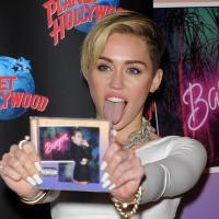 Miley Cyrus, après ses fesses, ses seins : tétons étoiles pour la sortie de Bangerz