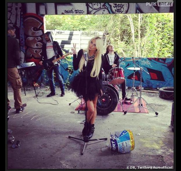 Aurélie Dotremont sur le tournage de son clip en mode rockeuse Ange ou démon.