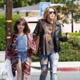 Miley Cyrus : sa petite soeur Noah conduit la voiture de son papa... à 13 ans
