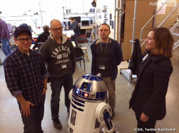Star Wars 7 : J.J. Abrams prend la pose avec R2D2