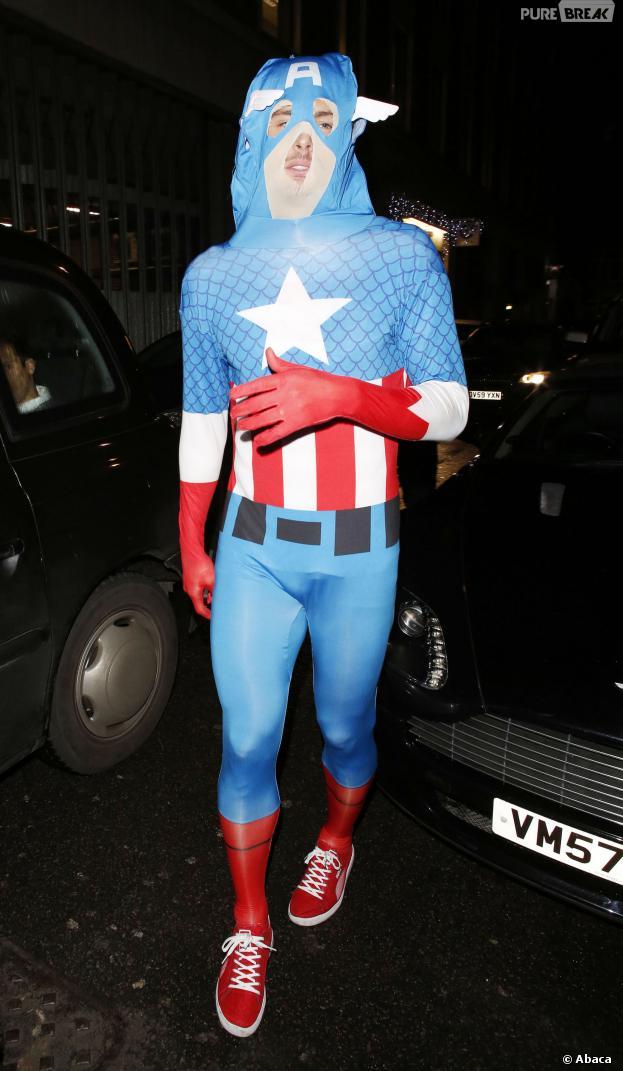 Olivier Giroud déguisé en Captain America pour la soirée de Noël d'Arsenal à Londres, le 19 décembre 2013