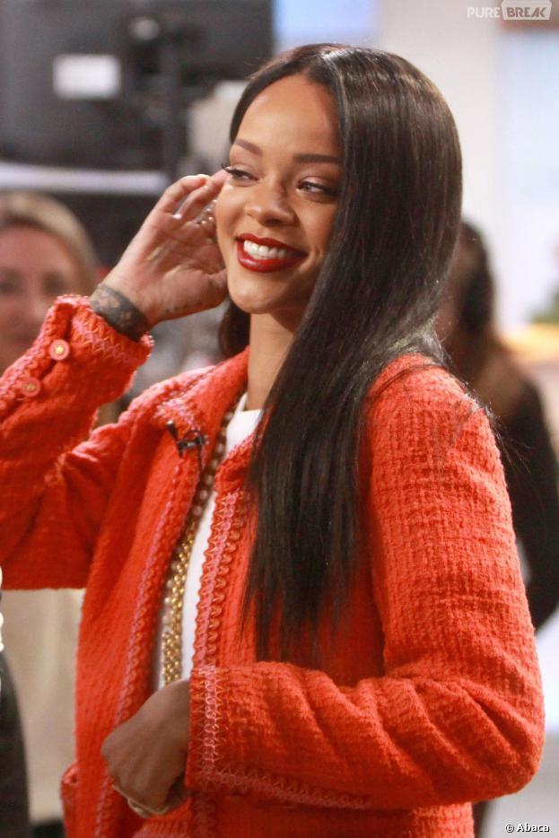 Rihanna : cheveux lisses et tailleur Chanel pour Good Morning Amercia, le 29 janvier 2014 à New-York