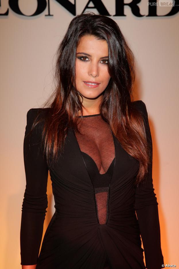 Karine Ferri sexy dans une tenue décolletée, le 30 septembre 2013 à la Fashion Week de Paris