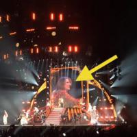 Taylor Swift : un fan court sur scène pour la rejoindre en plein concert