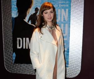 Louise Bourgoin en long manteau blanc, pour l'avant-première du film Un beau dimanche, le 3 février 2014 à Paris