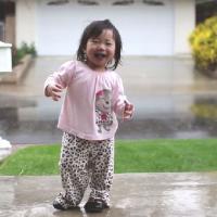 [VIDÉO] Trop mignon : cette petite fille découvre la pluie pour la première fois