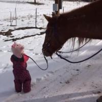 [VIDÉO] La balade de cette petite fille avec son cheval va vous faire fondre