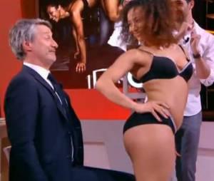 Antoines De Caunes face à une strip-teaseuse