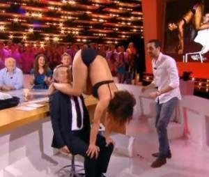 Antoines De Caunes apprend une danse brésilienne