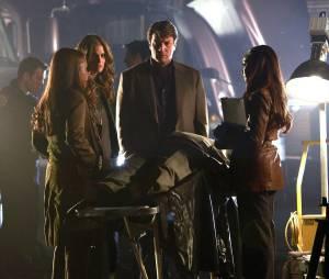 Castle saison 6, épisode 22 : le Capitaine Gates, Kate, Castle et Lanie sur une photo