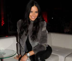 Adriana Lima souriante et sensuelle, le 1er février 2014 à New York pour une soirée pré Super Bowl