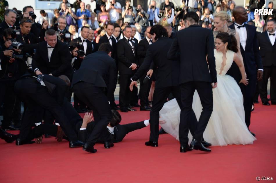 America Ferrera : un intrus a tenté de l'attaquer sur le tapis rouge du Festival de Cannes, le 16 mai 2014